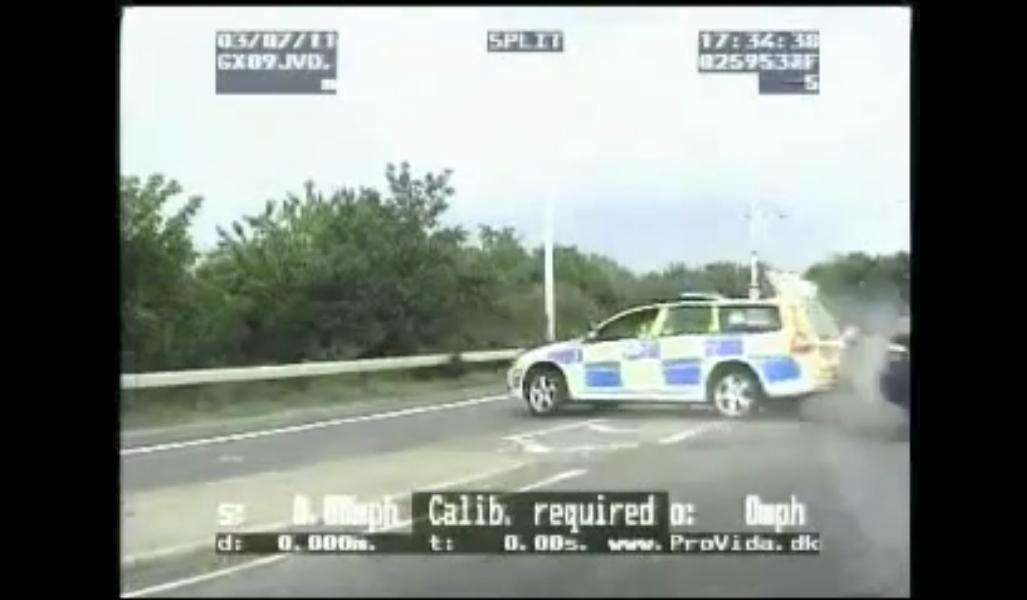 un policier anglais percut par une voiture vol e interpelle son conducteur videos de police. Black Bedroom Furniture Sets. Home Design Ideas
